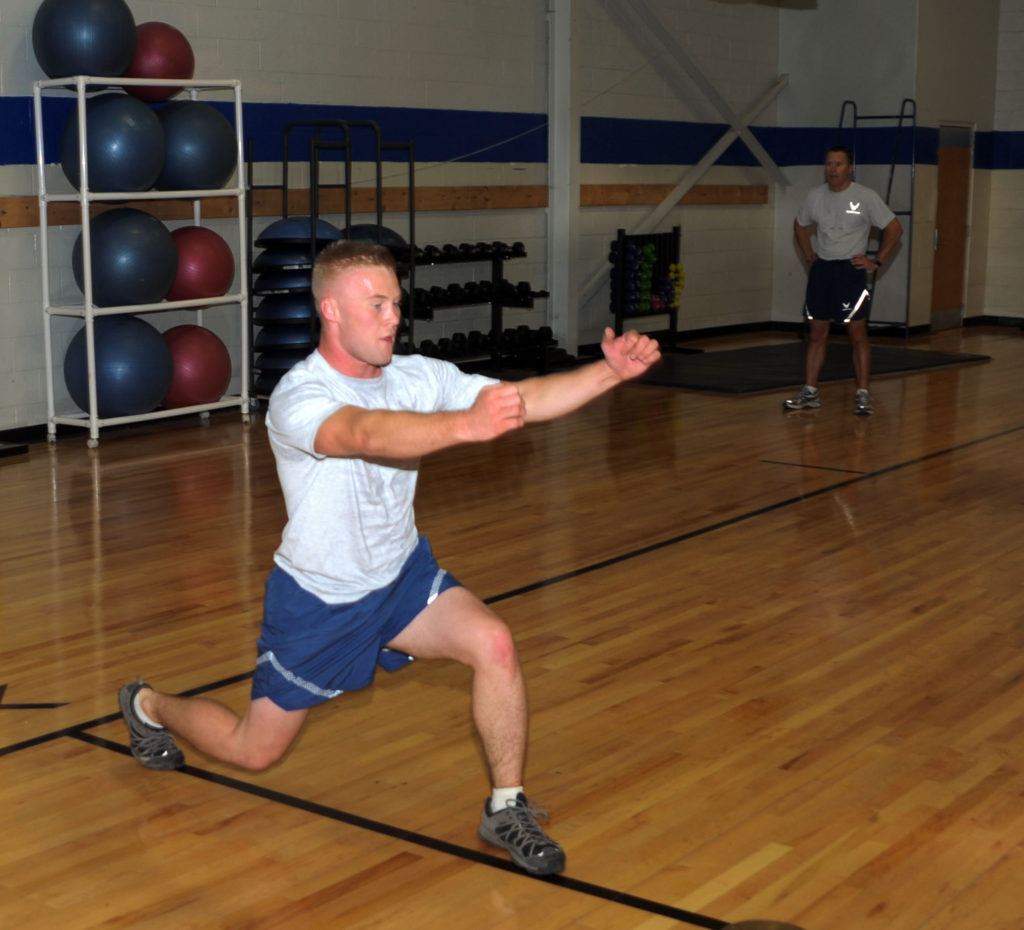 airman_performing_lunge